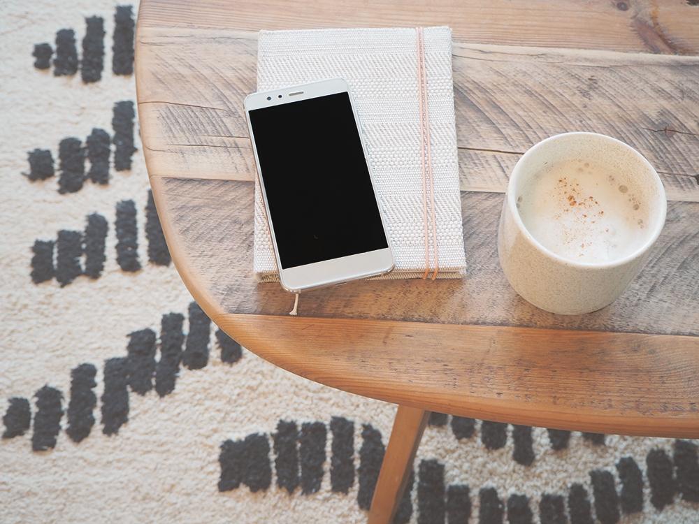 Texterin und Content Creator Arbeitsplatz mit Kaffee, Notizbuch und Handy